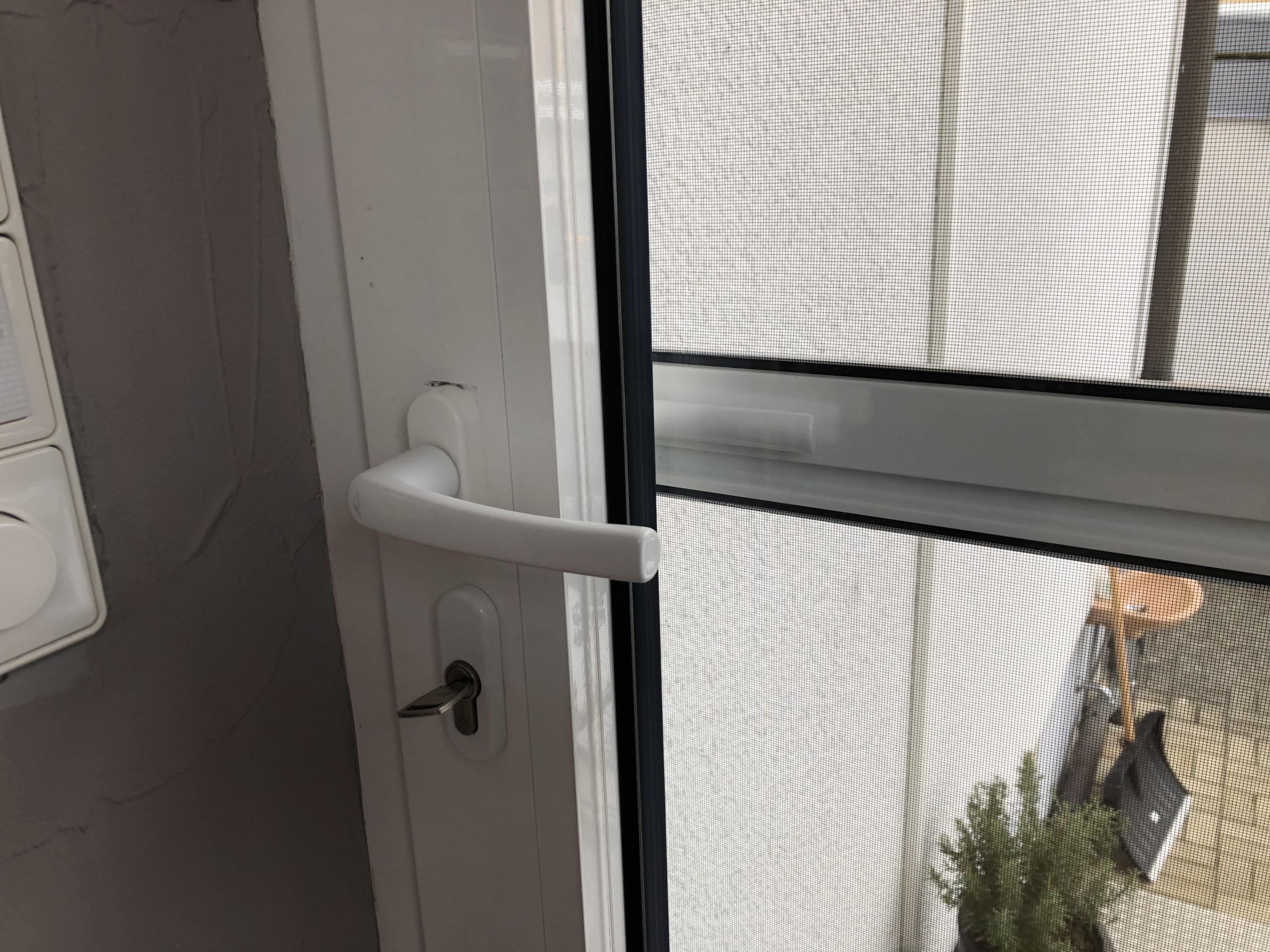 """Fliegengitter-Tür mit """"Hinternissen"""""""